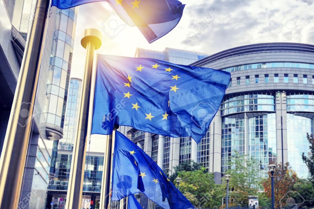 47674412-Bandiere-dell-UE-sventolano-di-fronte-al-palazzo-del-Parlamento-europeo-Bruxelles-Belgio-Archivio-Fotografico